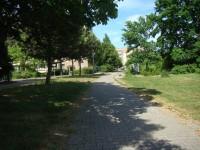 Parallel zur Platanenstraße.